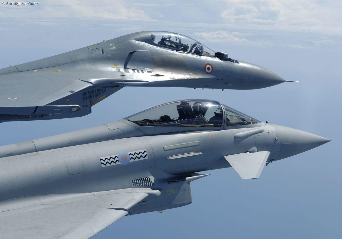 Formación de un Eurofighter de la RAF y un Sukhoi Su-35 de la Fuerza Aérea india.