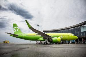 Uno de los nuevos Airbus A320neo de S7 en el centro de entregas de Airbus luciendo la nueva imagen corporativa de la aerolínea.