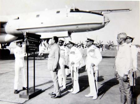 El Ministro de Defensa Indio K.C. Pant, en la ceremonia de recepción del primer Tu142ME en India en 1988