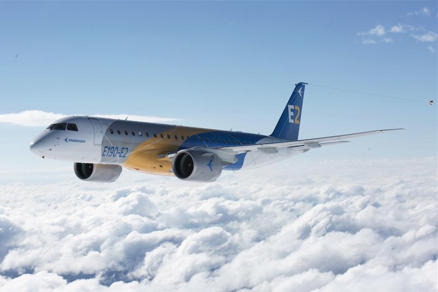 En mayo de 2016 Embraer completa el primer vuelo del Embraer E190-E2 tres meses después de su rollout.