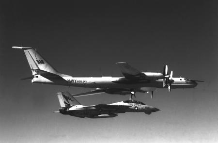 Un F14A del Escuadrón VF111  intercepta un Bear indio sobre el Índico.