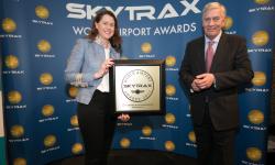 Elena Mayoral, directora del aeropuerto Adolfo Suárez Madrid-Barajas recibe el premio Skytrax al Mejor Aeropuerto del Sur de Europa 2017.