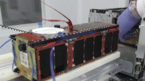 El primero de los nanosatélites para el interner de las cosas 5G durante su prepración para ser instalado en el cohete Soyuz que lo llevará al espacio.