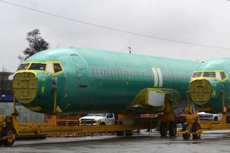 El fuselaje del Boeing 737 Ramón y Cajal a su llegada a la factoría de Renton de Boeing, junto a otro fuselaje para Ryanair (derecha).