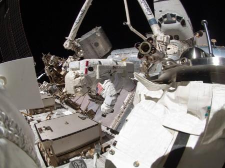 Astronautas del Endeavour trabajando en el exterior de la ISS