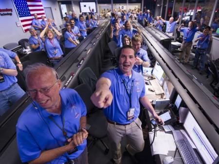 El equipo responsable del aterrizaje de Curiosity celebra el éxito de la misión