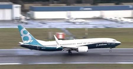 Aterrizaje del Boeing 737 MAX 8 tras su primer vuelo.