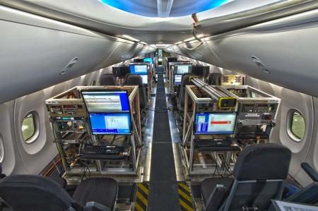 La cabina de pasaje del primer Boeing 737 MAX 8 con las consolas para los ingenieros de ensayos en vuelo.