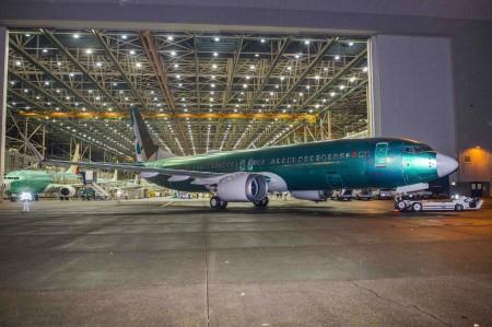 Salida del hangar de montaje del Boeing 737 MAX8.