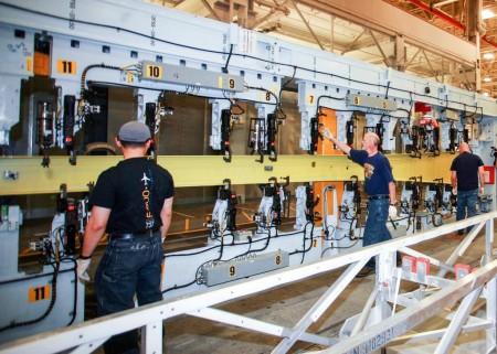 Instalación en la maquina de montaje de las primeras piezas del ala del Boeing 737 MAX.