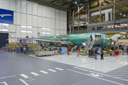 El primer Boeing 737 MAX 8 en la cadena final de montaje.