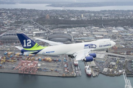 Boeing 747-8F decorado con los emblemas de los Seattle Seahawks