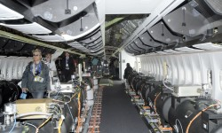 Parte de la cabina de pasaje con los soportes de los armarios, parte del acabado interior, y equipos de prueba.