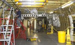 Trabajando en el interior del fuselaje del primer B-747-8 VIP