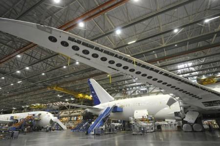 Detalle del ala de un Boeing 787 en la cadena de montaje.