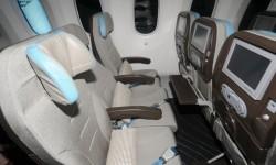 Los asientos de clase turista instalados en este Boeing 787 se reclinan a la vez que el cojín de asiento se mueve hacia adelante.