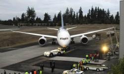 Todo listo para remolcar al Boeing 787 fuera de la plataforma.