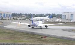 Autorizado a despegar. Detrás, uno de los Boeiing 747SF Dreamlifter usados para transportar las piezas del Boeing 787.