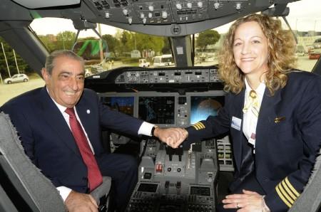 La capitán Walsh, piloto a los mandos del primer vuelo del B-737 MAX 9, con Juan José Hidalgo en la cabina del B-787 en Madrid en 2012.