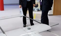 Antonio Gómez-Guillamón, director general de AERTEC Solutions (derecha), y Pedro Pablo Sánchez, director de Innovación de la compañía (izquierda), con una de las plataformas UAV desarrolladas por la empresa.