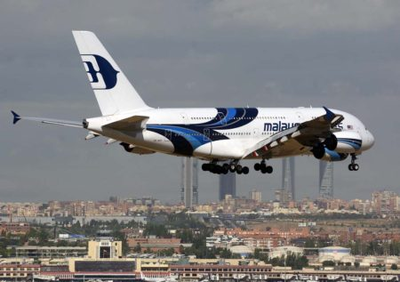El Airbus A380 9M-MNF de Malaysia Airlines aterrizando en Madrid en julio de 2015 con el Real Madrid a bordo.