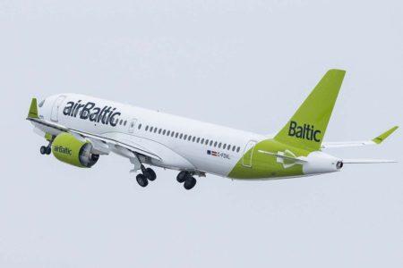 Air Baltic ha introducido una ligera modificación en su librea al extender el verde de la cola por la parte inferior del fuselaje como es la nueva moda entre las aerolíneas.