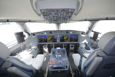 Cockpit del A220, casi igual al de los aviones Airbus.
