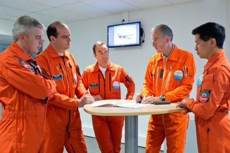 De izquierda a derecha:Philippe Perrin, Philippe Pupin, Jean-Michel Pin, Malcolm Ridley y Tuan Do, la tripulación del primer vuelo.