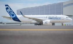 Bonita vista delante del hangar del nuevo A320neo