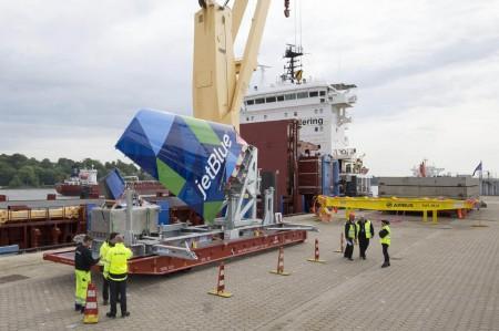Deriva del primer Airbus A321 que será montado en Estados Unidos durante su carga en el barco para su traslado a Mobile.