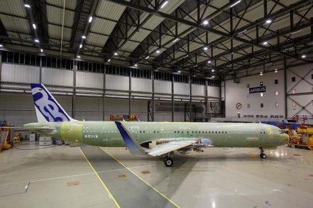 El primer Airbus A321 con la nueva configuración de puertas en uno de los hangares de Airbus en Finkenwerder a la espera de las pruebas en tierra previas a su primer vuelo.