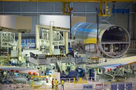 La sección central del fuselaje del primer A330neo es colocada en la estación 40 junto a las alas para proceder a su unión.