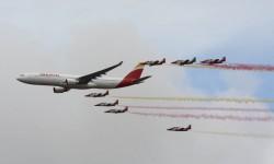 Pasada en formación de un Airbus A330 de Iberia y los CASA-101 de la Patrula Águila.