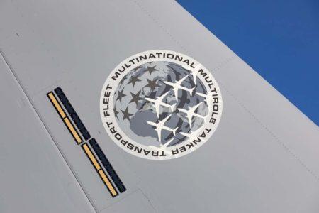 Emblema de la Flota Internacional de MRTT de la OTAN en la cola de losa aviones.