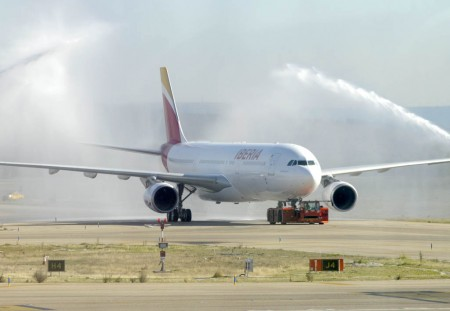 Arco de agua de bienvenida al primer Airbus A330 de Iberia