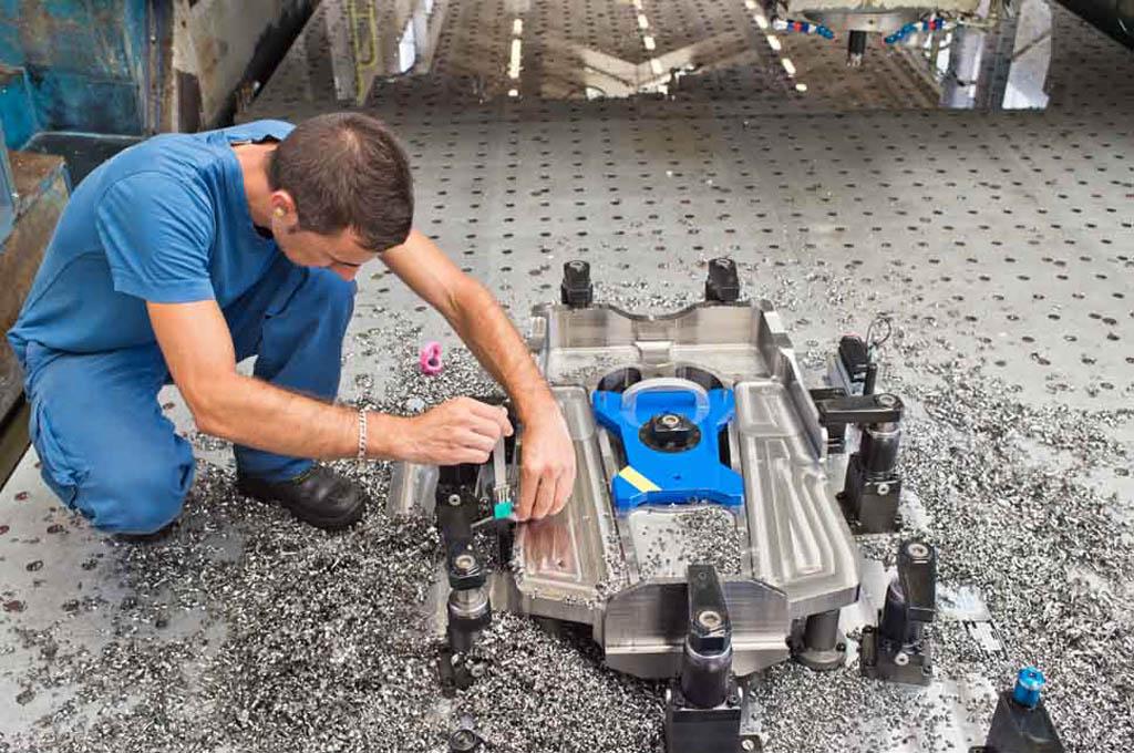 La primera pieza del pilón del A330neo listo para ser retirada de la pieza donde ha sido fabricada a partir de un bloque metálico.