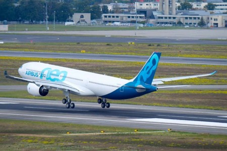 El primer A330neo a escasos segundos de posar sus ruedas en en aeropuerto de Toulouse al final de su vuelo inaugural.