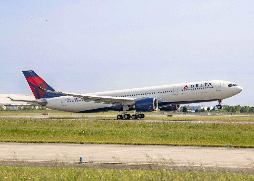 El primer Airbus A330-900 de Delta Despegando en uno de sus vuelos de prueba.