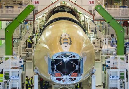 Las tres secciones que forman el fuselaje del A350-1000 y la sección 19 (fabricada en España) en la FAL listas para ser unidas.