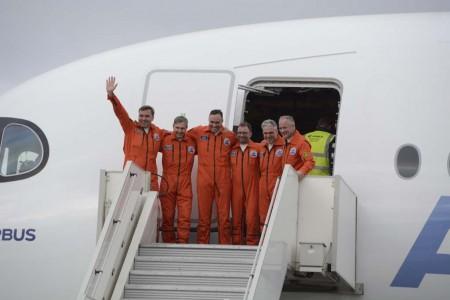 La tripulación del primer vuelo del Airbus A350-1000. De izquierda a derecha: Hugues van der Stichel, piloto de ensayos en vuelo; Patrick du Che, ingeniero de ensayos en vuelo; Emanuele Constanzo, ingeniero de ensayos en vuelo; Stephane Vaux, ingeniero de ensayos en vuelo; Gerard Maisonneuve, ingeniero de ensayos en vuelo; y Frank Chapman, piloto de ensayos en vuelo.