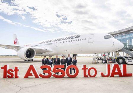 Yoshihiro Higushi, Embajador adjunto de Japón en Francia, Christian Scherer, director commercial jefe de Airbus, Yoshiharu Ueki, director y presidente de Japan Airlines, y Dominic Horwood, director commercial de Rolls-Royce frente al primer A350 de JAL.