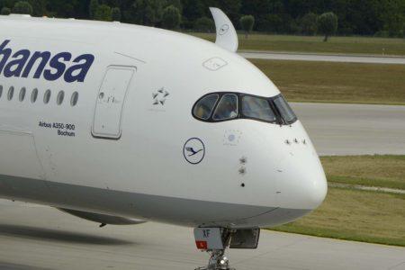 El A350 es el primer avión de Airbus que incorpora una escotilla en el techo del cockpit para evacuación. Los demás modelos cuentan con ventanas que se abren y sirven para salir con ayuda de cuerdas.