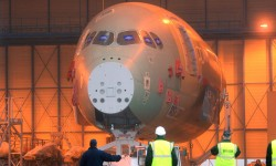 Entrada en el edifico de montaje final del primer fuselaje delantero de A350.