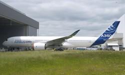 """Ya pintado, el """"rollout"""" del A350 ha sido interno para no retrasar el primer vuelo."""
