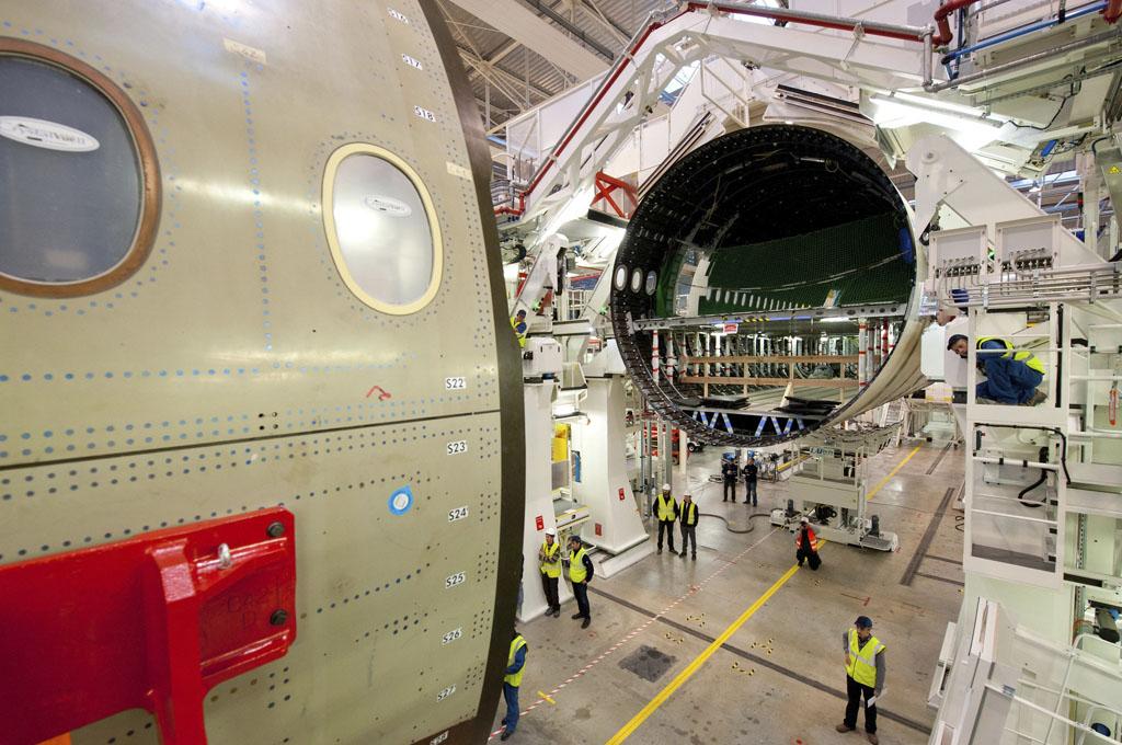 Ensamblaje final del primer A350 en Toulouse