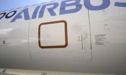 PAra los primeros vuelos el A350 lleva un sistema de escape, con un rail interior hasta la bodega delantera, cuya puerta dispoone de una escotilla lanzable y un tobogan para que al saltar se libre el motor.