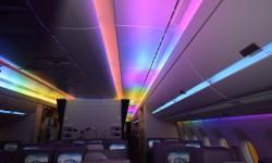 El aco iris de colores en el A350 puede avanzar tanto de morro a cola, como de cola a morro, a diferencia de sistemas similares anteriores.