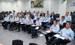 Las tripulaciones, pilotos e ingenieros de vuelo, que han participado en el vuelo en formación durante el briefing previo para analizar como iba a ser este.