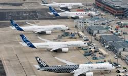 Los cinco Airbus A350 XWB en la plataforma de Toulouse antes del vuelo en formación.