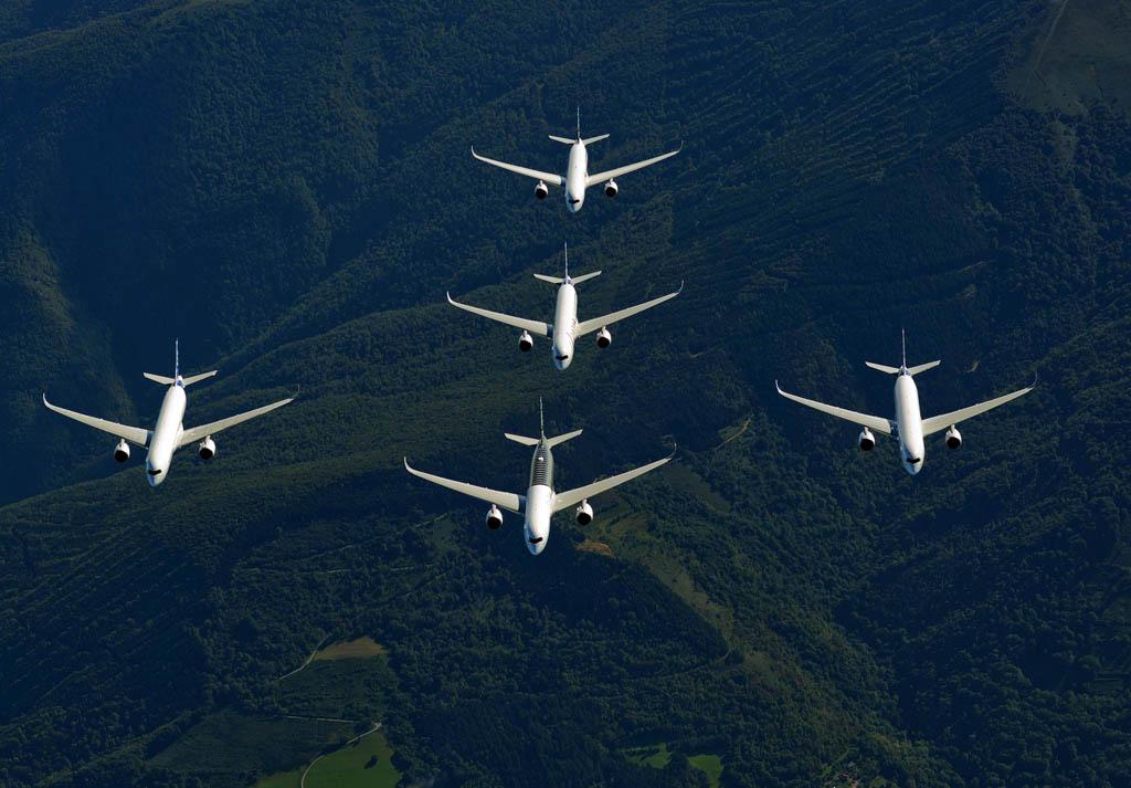 Formación en flecha de los cinco A350.